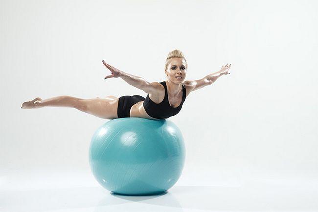 Spinal Saldo Exercício Usando Swiss esfera do exercício