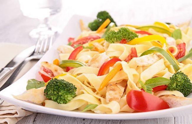 Pasta com legumes e frango