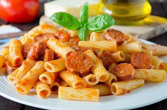 Massa Com tomate e salsicha