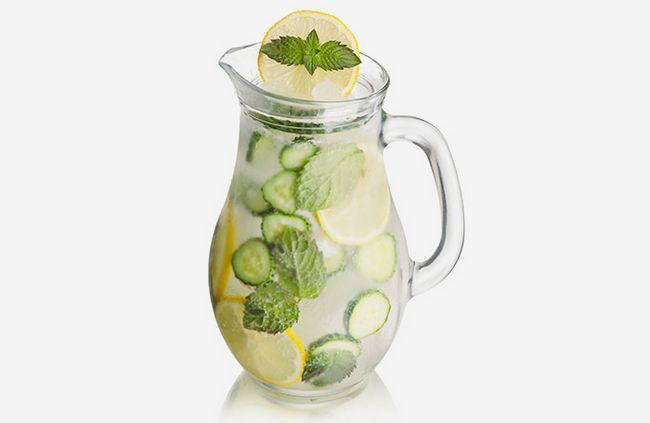 Em vez de beber refrigerante, tente uma combinação de menta, pepino e Seltzer, e sentir fresco!