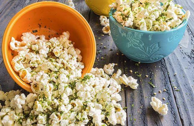 Em vez de polvilhar queijo na pipoca, tente levedura nutricional!