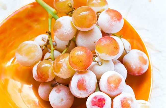Substitua seus doces favoritos com uvas congeladas