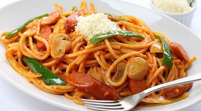 Espaguete com salsicha e pimentas