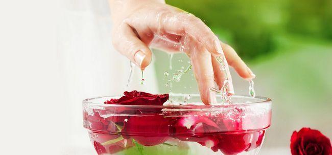 3 maneiras simples de usar glicerina e água de rosas para seu rosto e pele Photo