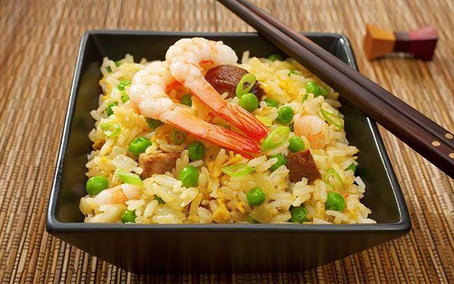 Ovo frito arroz com camarões e ervilhas