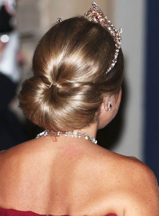 Liso-Low-Semi-Circular-Bun-Updo com-Puffy-Top