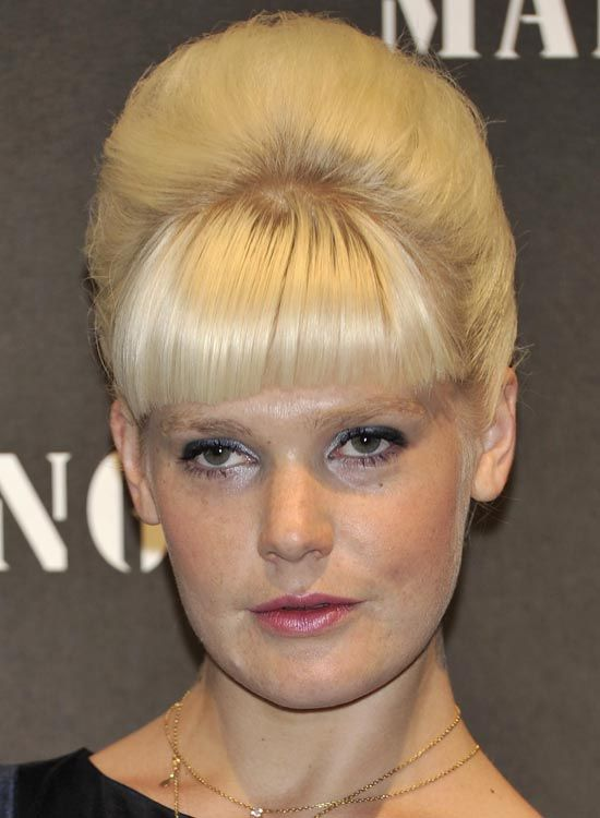 Blonde-Beehive-Updo-com-Heavy-Fringes
