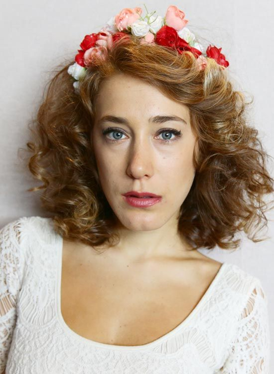 Side-Parted-Curly-Bob-com-Floral-Headband