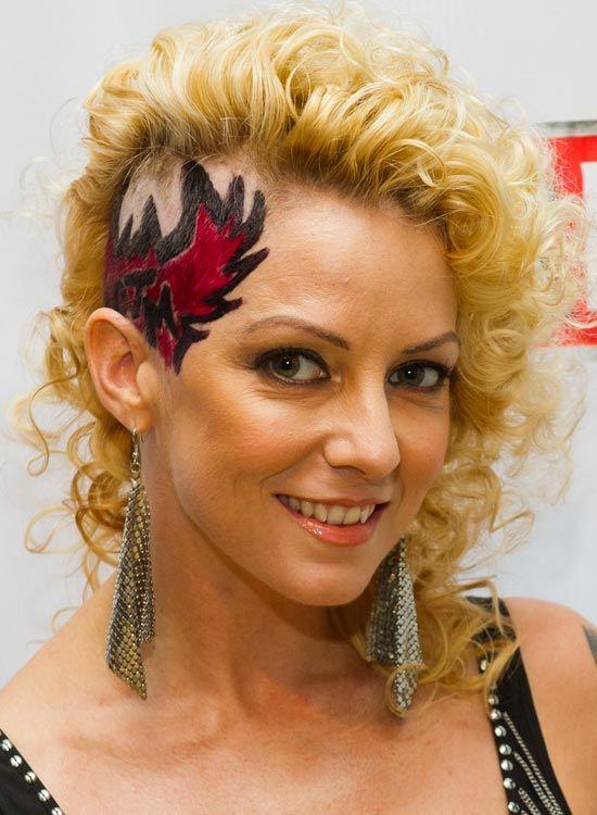 Curto-Curly-cabelo-com-um-side Raspado-e-Tattooed