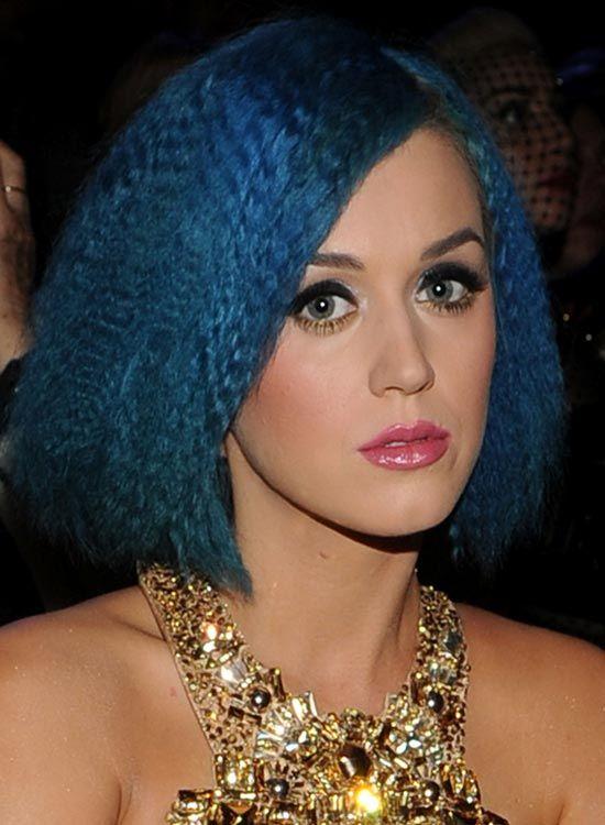 Side-Parted-azul-cobalto-Bob-com-frizzes