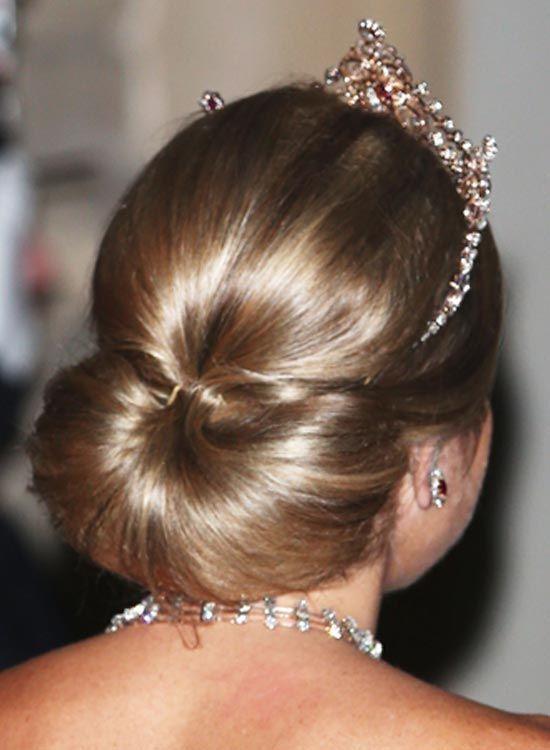 Low-Semi-Circular-Bun-com-Puffy-Crown