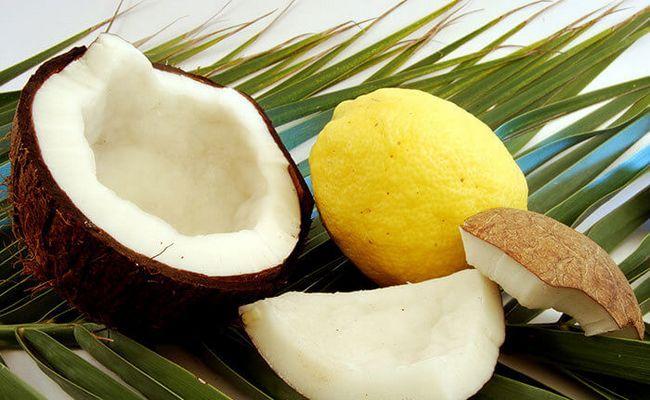 O leite de coco misturado com suco de limão