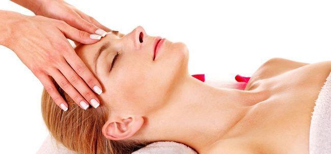 7 etapas simples para fazer uma massagem facial em casa Photo