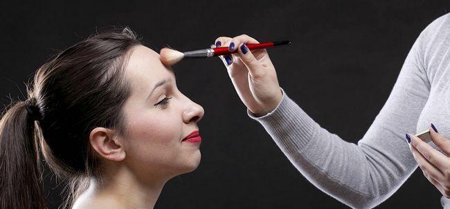 8 Dicas de maquiagem útil para fazer sua testa parecem menores Photo