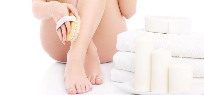 Como para remover a pele seca de pés e pernas Photo