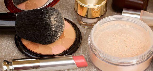 Como selecionar uma fundação para a pele propensa a acne Photo