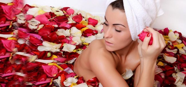 Como usar água de rosas para tratar a pele seca? Photo