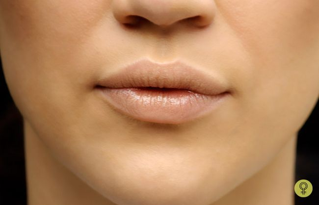 preparando seus lábios usando um batom
