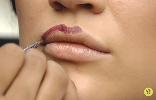 linha dos lábios e preenchendo a cor