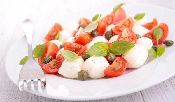 tomate, mussarela e manjericão salada