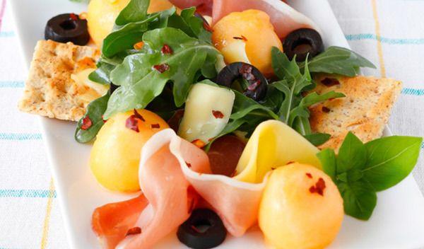 inspirado manjericão e de melão salada thai com amendoins