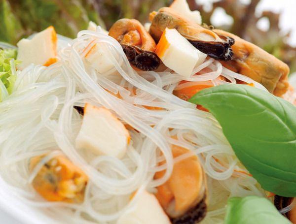 macarrão de arroz com tomate seco, queijo parmesão e manjericão