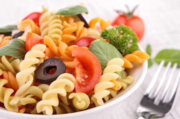 arco-íris salada de macarrão