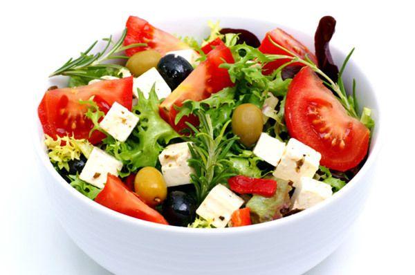 tomate, azeitona, e mozzarella salada com vinagrete de manjericão