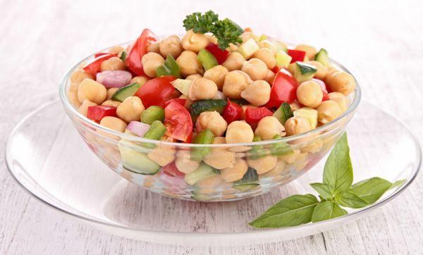 grão de bico e tomate-salada com manjericão fresco
