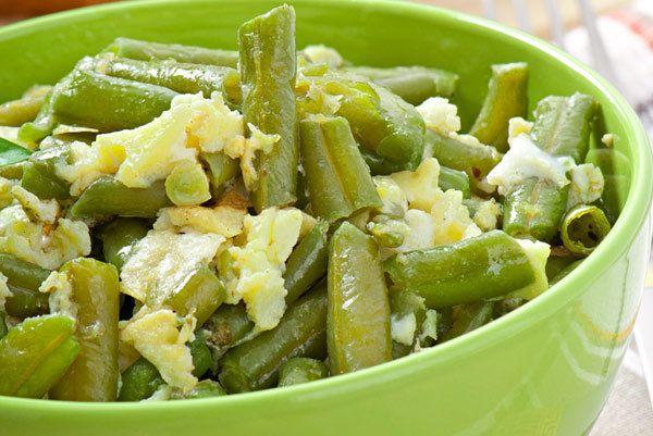 feijão salada verde-com manjericão, balsâmico, e receita de parmesão