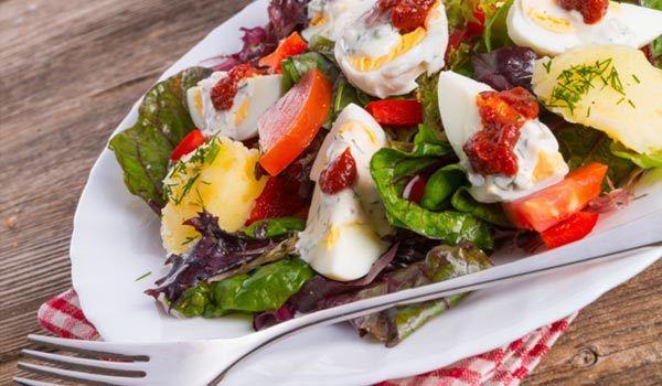 Salada Cobb com ovos