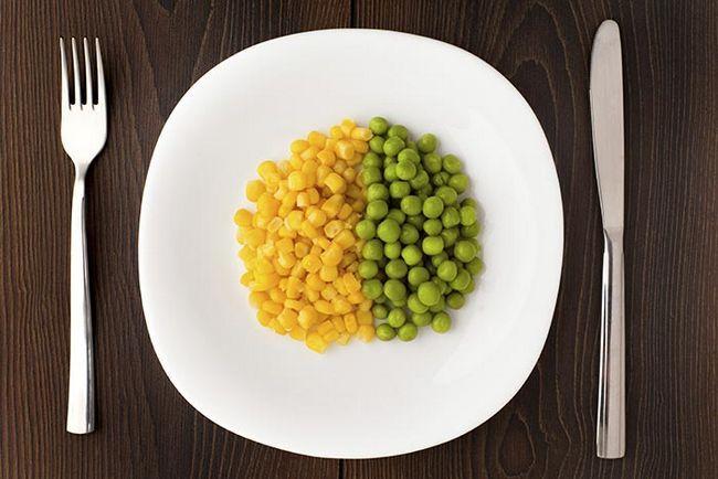Heap-de-milho-sementes-e-de-bico-on-plate