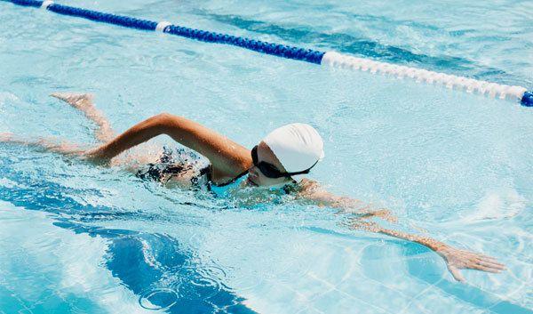 nadando rápido