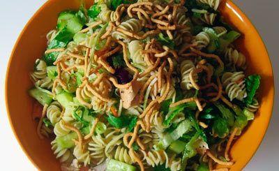 Galinha asiática do estilo e Salada da massa