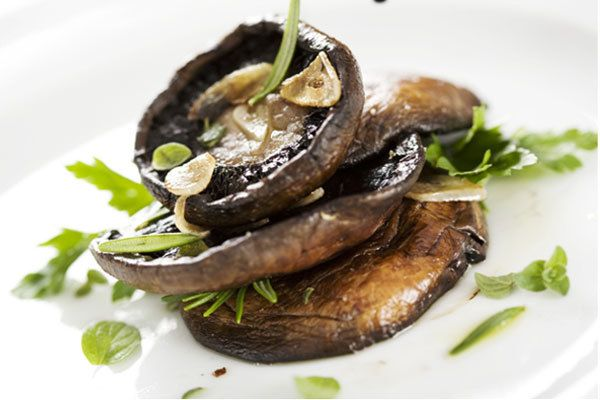 cogumelos Portobello grelhados com manteiga de estragão salsa
