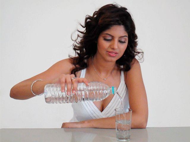 Beber um copo de água